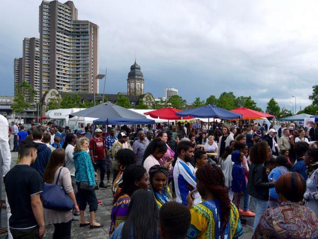 Trotz wechselhaften Wetters war der Afrikamarkt ordentlich besucht und die Laune gut | Foto: Neckarstadtblog