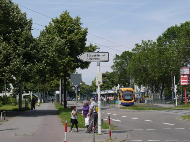 Die Waldhofstraße auf Höhe Paul-Gerhardt-Straße. Eine Ampelkreuzung weiter hinten wurde die Beifahrerin vom Schuss der Softairwaffe getroffen (Symbolbild) | Foto: Neckarstadtblog