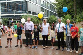 Rund 1600 Schülerinnen und Schüler bildeten Hand in Hand eine Menschenkette um das ganze Schulgebäude   Foto: Stadt Mannheim