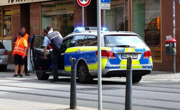 Direkt beim Café Wissenbach befindet sich die unterspülte Stelle, die hier von der Polizei abgesichert wird | Foto: Lesereinsendung (A.S.)