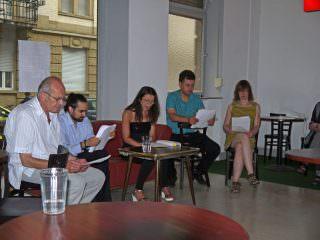 Gar nicht auf dem KultTour-Programm stand die szenische Lesung im noch nicht offiziell eröffneten Café, was aber das Publikum kein bisschen störte | Foto: Neckarstadtblog