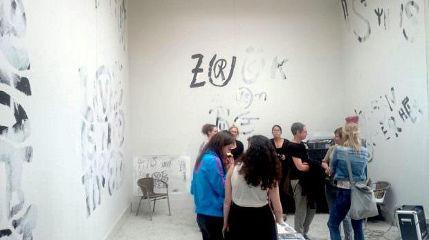 """Ausstellung der Teilnehmer-Ergebnisse des Workshops """"A Future that never was"""" im Einraumhaus   Foto: Ruth Fanderl"""