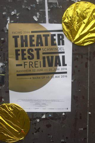 Ein goldener Kreis auf weißem Grund war das Erkennungszeichen des diesjährigen Theaterfestivals Schwindelfrei | Foto: Ruth Fanderl