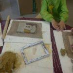 Mit einem Handabdruck und eigenen Kunstwerken zeigen Kinder ihre Beteiligung