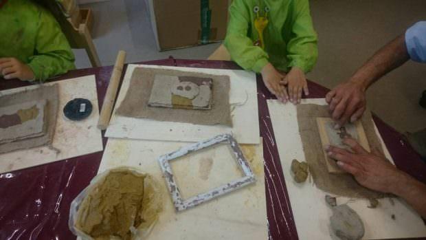 Auch im muslimischen Kindergarten Lâlezâr wurden die handgroßen Tonplatten modelliert, gestaltet. Dabei sind viele kleine Kunstwerke entstanden | Foto: Kindergarten Lâlezâr