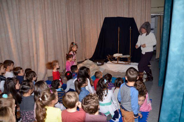 Kinder auf der Theaterzelt-Bühne beim Figurentheater Händehoch | Foto: B.K.