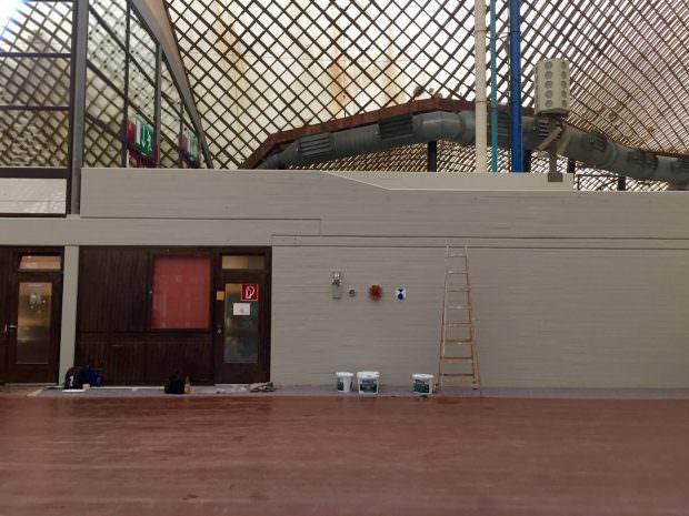 Nanu, warum wird denn in der Multihalle gestrichen? Sollte die nicht abgerissen werden? Ein wenig Farbe schadet bei der Spendersuche nicht. | Foto: Neckarstadtblog