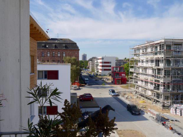Die Fritz-Salm-Straße trennt die gemeinschaftlichen, selbstverwalteten Wohnprojekte (links) von den auf Rendite angelegten Angebote der großen Immobilienwirtschaft | Foto: Neckarstadtblog