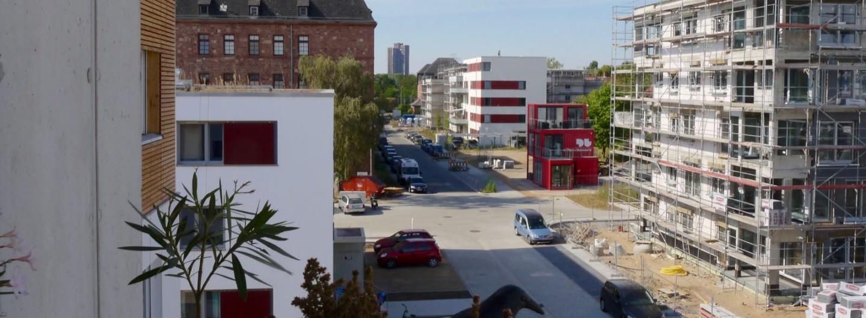 Die Fritz-Salm-Straße trennt die gemeinschaftlichen, selbstverwalteten Wohnprojekte (links) von den auf Rendite angelegten Angebote der großen Immobilienwirtschaft | Foto: M. Schülke