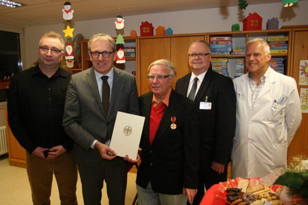 Oberbürgermeister Dr. Peter Kurz (2. v. l.) übergab Günter Meder (Mitte) die Verdienstmedaille des Verdienstordens | Foto: Stadt Mannheim