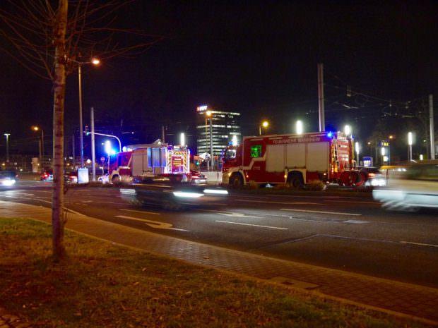 Fahrzeuge der Feuerwehr in Wartestellung auf der Brückenstraße | Foto: Neckarstadtblog