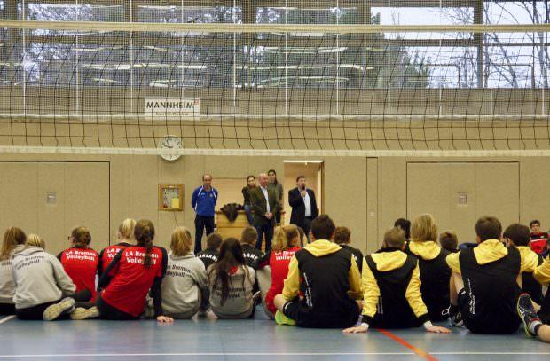 Von links: Turnierleiter Uwe Zimmermann, Sportkreisvorsitzender Michael Scheidel und Sportbürgermeister Lothar Quast begrüßen die Jugendlichen zum zwölften NVV-Cup | Foto: Neckarstadtblog