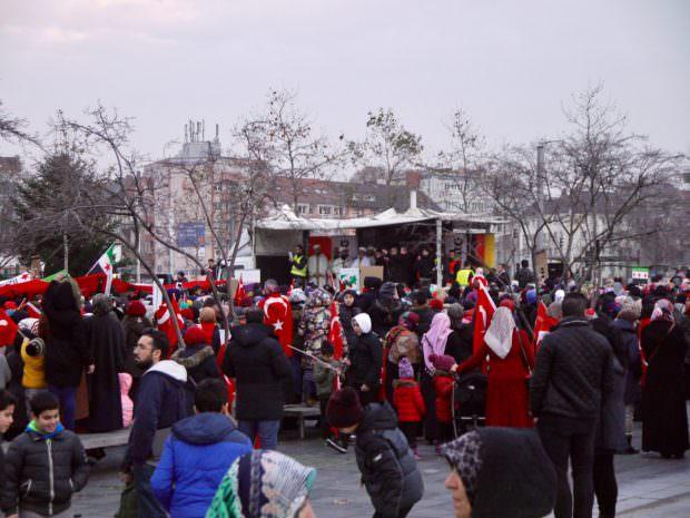Türkische Flaggen beherrschten das Erscheinungsbild der Veranstaltung: Symbolisiert das Nationalstolz oder Solidarität mit Aleppo? | Foto: Neckarstadtblog
