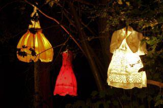 Als Lampen taugen ausgediente Kleider auch | Foto: Stadtpark Mannheim gGmbH