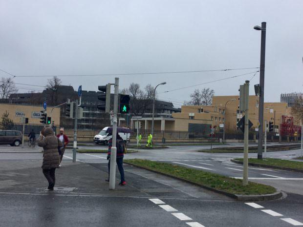 Die Männer in Gelb richteten den doch sehr wackligen Ampelmast wieder gerade | Foto: Neckarstadtblog