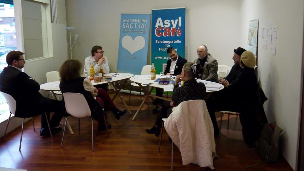 Das Pressegespräch fand im Asylcafé in der Mittelstraße statt, das sonst regelmäßig als Raum dient, um Geflüchtete in allen Lebensbereichen zu beraten | Foto: M. Schülke