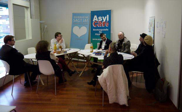 Das Pressegespräch fand im Asylcafé in der Mittelstraße statt, das sonst regelmäßig als Raum dient, um Geflüchtete in allen Lebensbereichen zu beraten | Foto: Neckarstadtblog