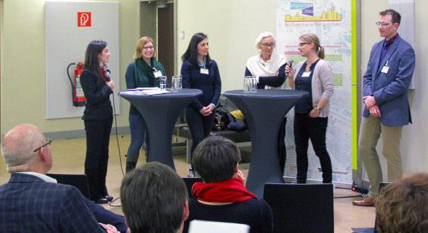 Angeregtes Gespräch zwischen den Projektbeteiligten | Foto: Ruth Fanderl