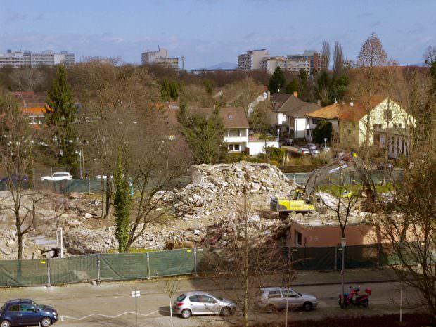 Bald werden auch alle Bäume den Grabungen für eine Tiefgarage weichen. Die Neubauten werden eine Etage höher als die Nachkriegshäuser   Foto: Neckarstadtblog
