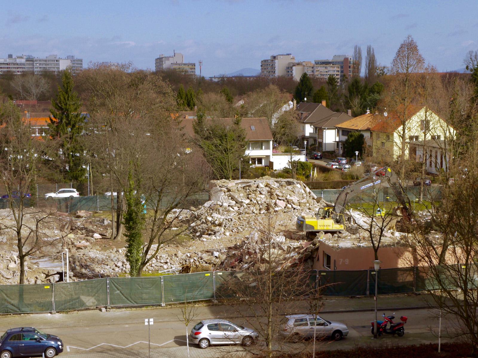 Bald werden auch alle Bäume den Grabungen für eine Tiefgarage weichen. Die Neubauten werden eine Etage höher als die Nachkriegshäuser | Foto: M. Schülke