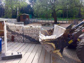 Die Steinkorb-Gabionen werden mit Steinen oder Holz befüllt | Foto: M.Schülke