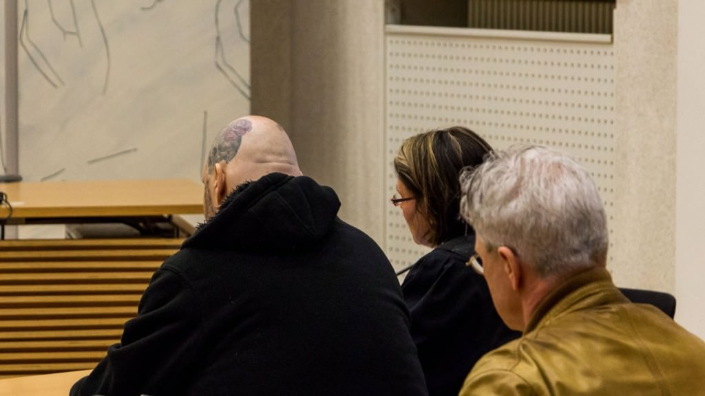Chrisitan Hehl (links) mit Verteidigerin Nicole Schneiders, dahinter der Amtsarzt | Foto: CKI