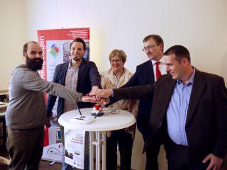 Der rote Knopf diente nicht nur der Optik, sondern funkte tatsächlich den Startschuss als Florian Köhler vom Freifunk Rhein-Neckar e.V., Quartiermanager Benjamin Klingler, Caritas-Vorstandsvorsitzende Regina Hertlein, GBG-Geschäftsführer Karl-Heinz Frings und René Schmidt von der Sievers Group (v.l.n.r.) das freie WLAN gemeinsam aktivierten | Foto: M. Schülke