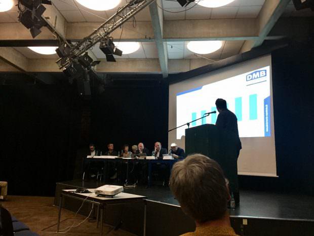 Die Vorstandsmitglieder und der Sitzungsleiter verfolgen die Vorstellung der Vereinsfinanzen | Foto: privat