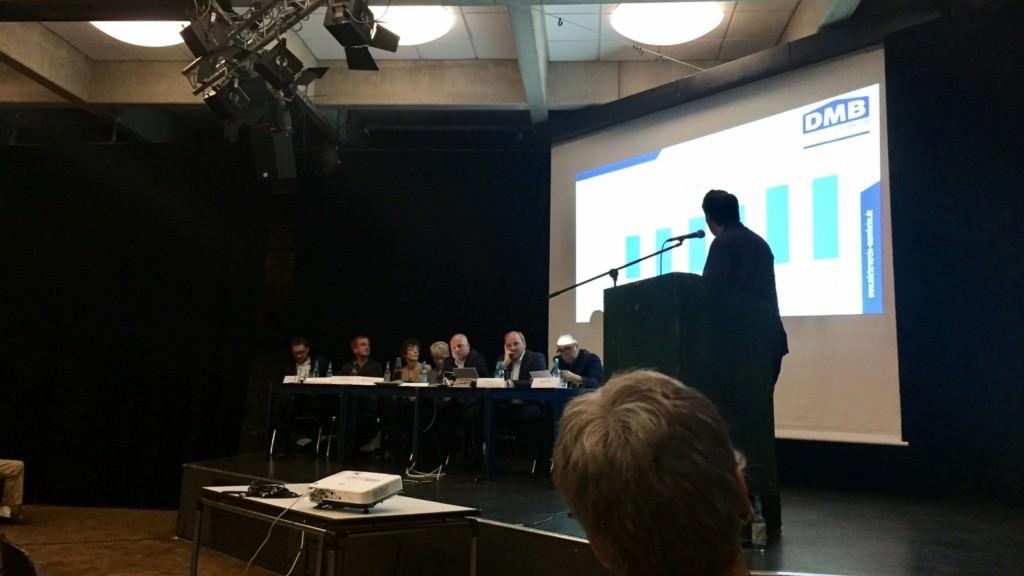 Die Vorstandsmitglieder und der Sitzungsleiter verfolgen die Vorstellung der Vereinsfinanzen durch Benjamin Klingler   Foto: privat