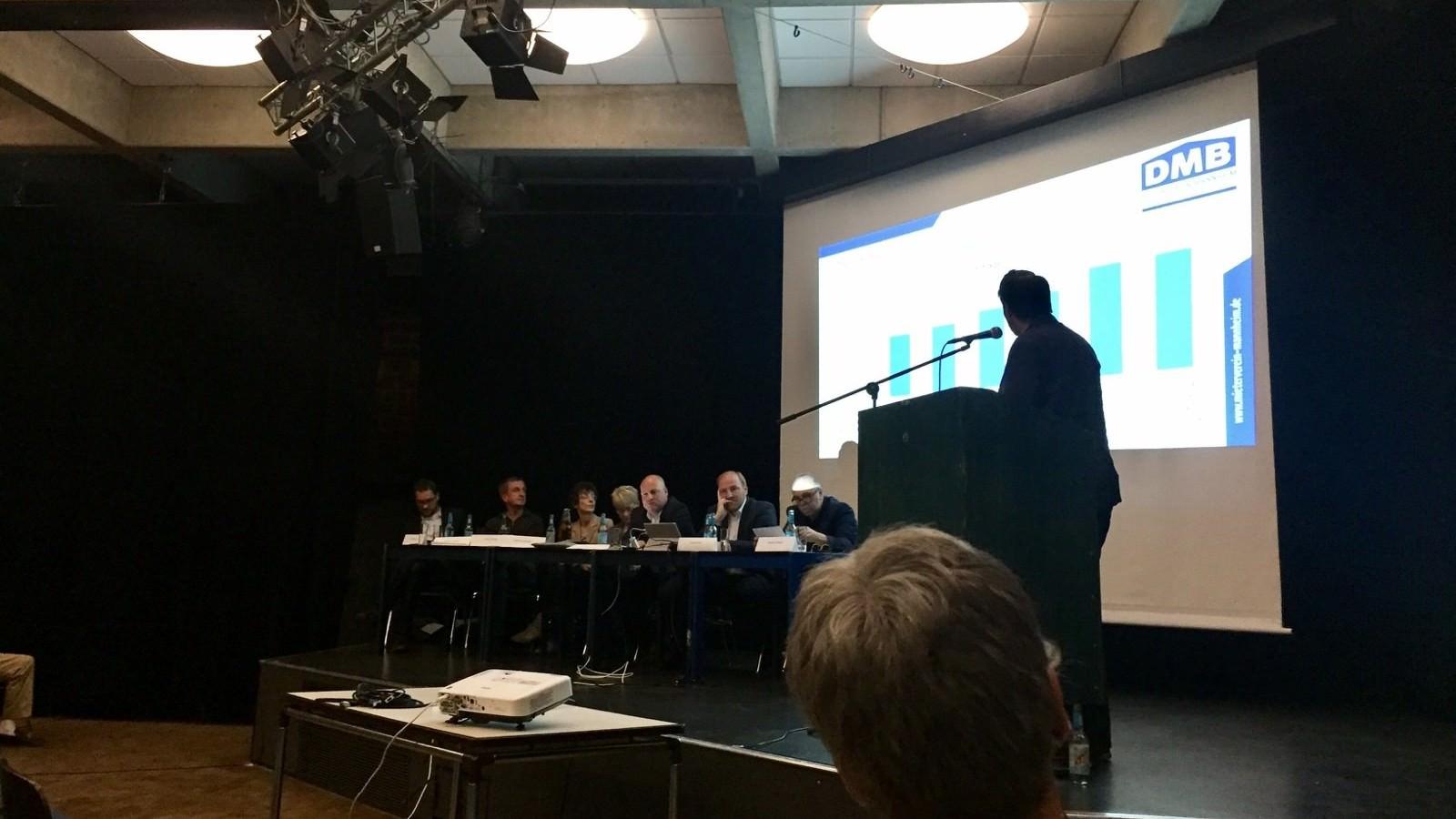 Die Vorstandsmitglieder und der Sitzungsleiter verfolgen die Vorstellung der Vereinsfinanzen durch Benjamin Klingler | Foto: privat
