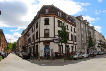 Die Hafenstraße 66 im Jungbusch ist mittlerweile abgerissen. Sie stand jahrelang leer. Durch den Protest wurde die Stadt überzeugt, dass dort geförderter Wohnraum entstehen soll | Foto: CKI