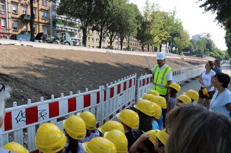 Volker Jurkat erklärt den Kindern wie der Asphalt eingebaut wird | Foto: Stadt Mannheim