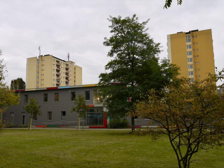 Der Haupteingang des Kinderhauses befindet sich abseits der Straße, jedoch werden viele Kinder im Sommer seitlich am Außenbereich von ihren Eltern abgeholt | Foto: M. Schülke