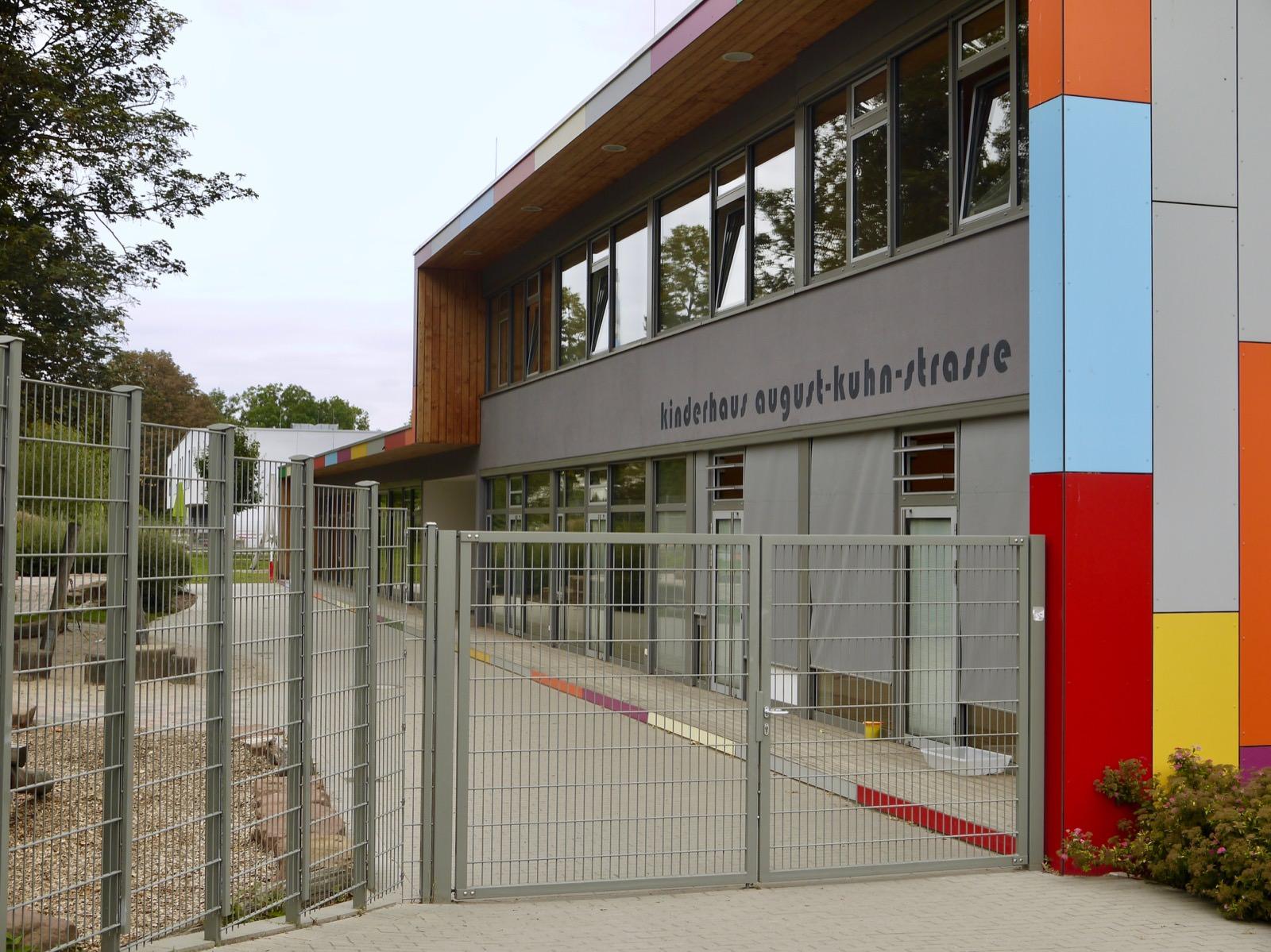 Die verhangenen Fenster des Kinderhauses August-Kuhn-Straße geben den Blick ins Innere nicht preis | Foto: M. Schülke