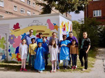 Quartiermanager Benjamin Klingler (hinten links) und sein Team sind stolz auf die Kinder aus der Hausaufgabenhilfe. Steffi Peichal (rechts) hat in ihnen fleißige Helfer | Foto: M. Schülke