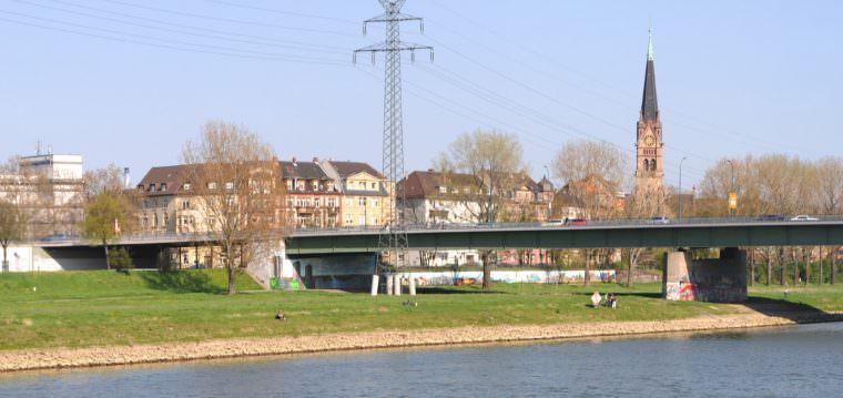 Die Jungbuschbrücke: Im Hintergrund die Dammstraße und die Lutherkirche | Foto: Hubert Berberich (cc by 3.0)