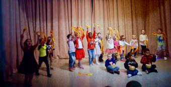 Die Kinder des Katholischen Eltern-Kind-Zentrums St. Bonifatius trommeln und wedeln begeistert zu exotischen Klängen um die Wette | Foto: M. Schülke