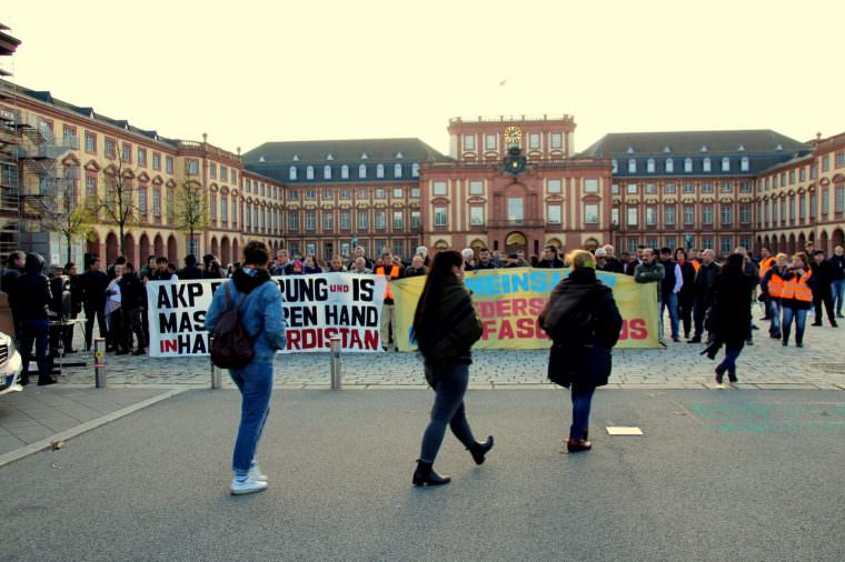 Die Gegenveranstaltung fand aufgrund behördlicher Auflagen weit entfernt auf dem Vorplatz des Mannheimer Schlosses statt | Foto: Emrah Durkal