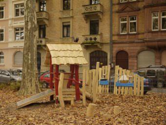 Das neue Hexenhäuschen mit Rutsche belebt den ungenutzten Teil des Spielplatzes enorm | Foto: M. Schülke