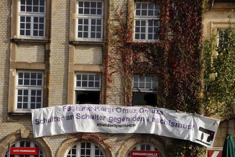 Antifaschistische Aktivisten hatten es geschafft, ein Transparent in türkischer und deutscher Sprache in Sichtweite der Kundgebung zu platzieren | Foto: Lesereinsendung