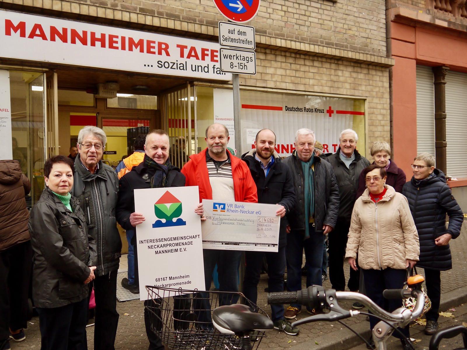 Hubert Mitsch (rote Jacke) nimmt den Spendencheck dankbar entgegen | Foto: M. Schülke