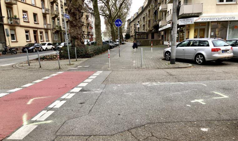 Die Unfallmarkierungen in der Moselstraße | Foto: M. Schülke