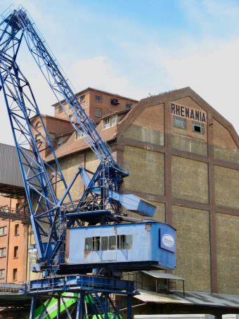 Vom Bonadieshafen aus sieht man den ganz ursprünglichen Teil des Rhenania-Speichers. Im fensterlosen Teil sind Silokammern untergebracht | Foto: Ritter (Rhein-Neckar-Industriekultur e.V.)