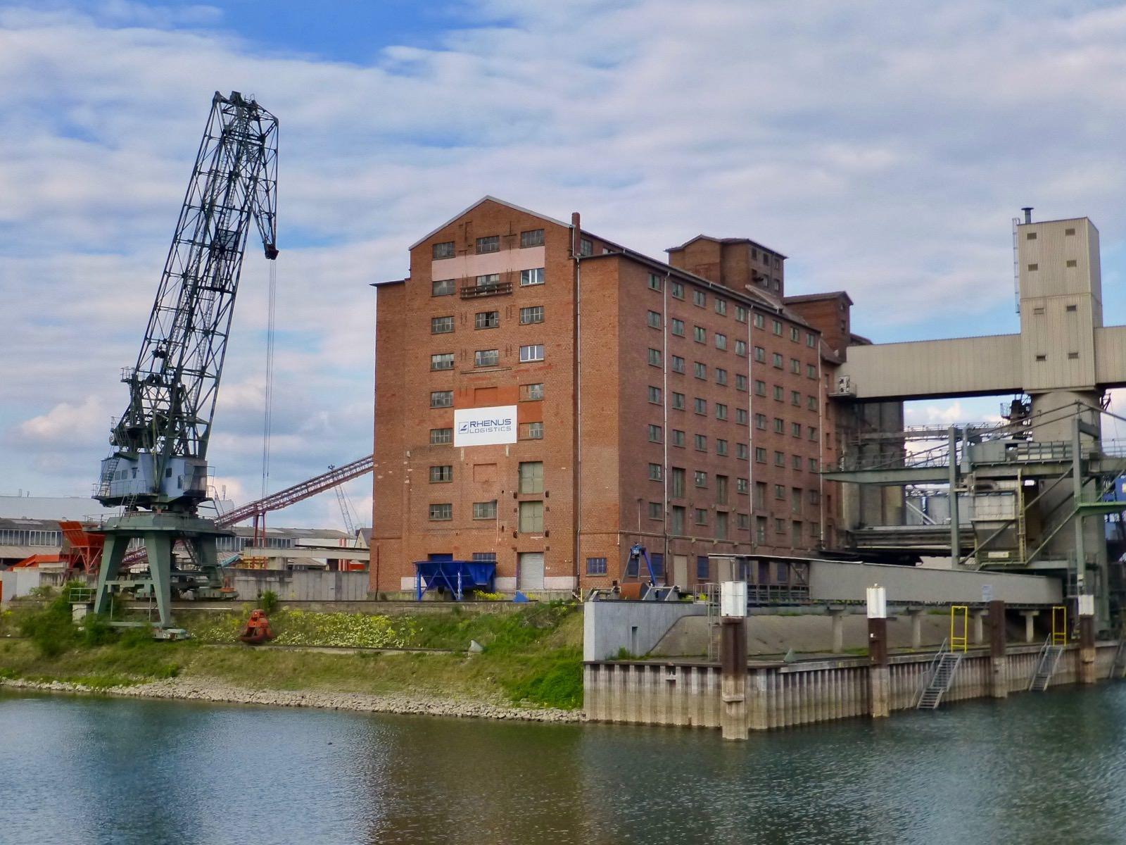 Der Blick auf den Rhenania-Speicher von der Brücke bei der Kammerschleuse. Hinter den vielen Fenstern sind Schüttböden | Foto: Ritter (Rhein-Neckar-Industriekultur e.V.)