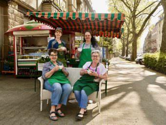Für die Verkäuferinnen gehört das Kundengespräch einfach dazu, erzählen sie beim Klönschnack an der Erdbeere | Foto: M. Schülke