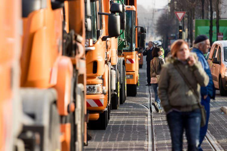Kolonne aus Fahrzeugen der Abfallwirtschaft | Foto: CKI