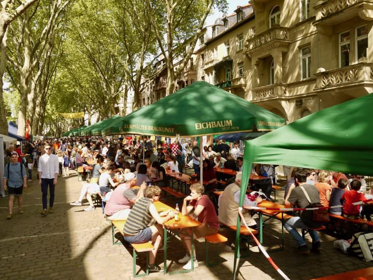 Gefüllte Bierbänke und gute Stimmung – auch das Max-Joseph-Straßenfest 2018 erfüllte die Erwartungen des buntgemischten Publikums | Foto: M. Schülke