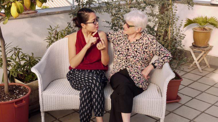 Lys Y. Seng und Gisela Kerntke ins Gespräch vertieft | Foto: M. Schülke