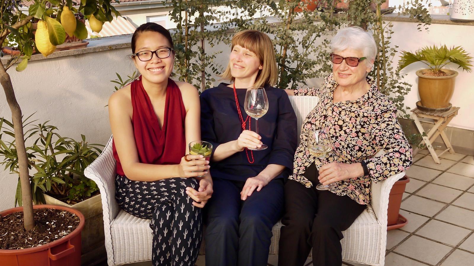Die Kultur-Biennale KultTour wird von zwei Neckarstädter Frauen organisiert, die viel unterscheidet – aber noch mehr verbindet. Links Lys Y. Seng und rechts Gisela Kerntke. In der Mitte unsere Autorin Christin Fuchs | Foto: M. Schülke
