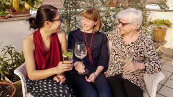 Lys Y. Seng bevorzugt zum Klönschnack Wasser mit einem Spritzer Zitrone, während Christin Fuchs und Gisela Kerntke sich ein Gläschen Wein genehmigen | Foto: M. Schülke